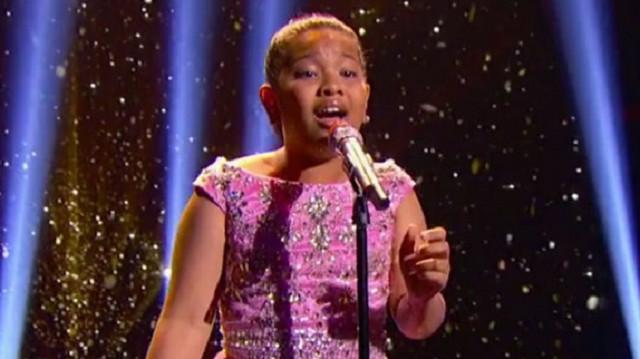 """Agée de 12 ans, elle reprend """"Chandelier"""" de Sia et c'est incroyable!"""