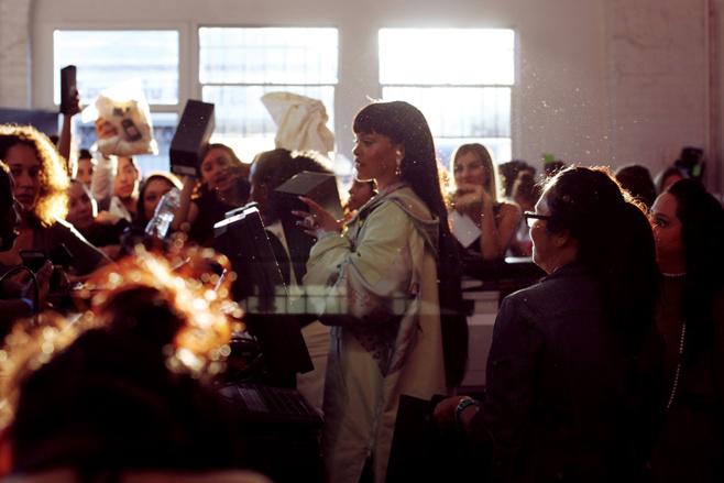 Rihanna devient caissière…