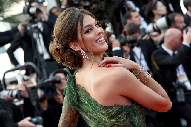 Cannes 2017: Iris Mittenaere, rayonnante et sexy sur le tapis rouge
