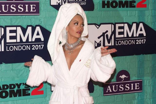 MTV EMA 2017: Rita Ora, la maîtresse de la cérémonie, ose le peignoir sur le tapis rouge