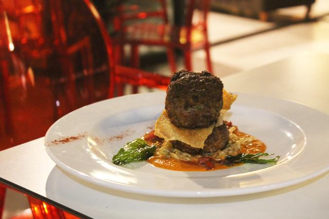 Kefta de bœuf, coulis de poivron rouge et chou blanc braise
