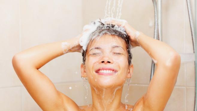 Faut-il profiter du confinement pour ne plus se laver les cheveux ?