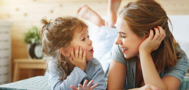 Comment aider votre enfant à raconter sa journée avec les bonnes questions