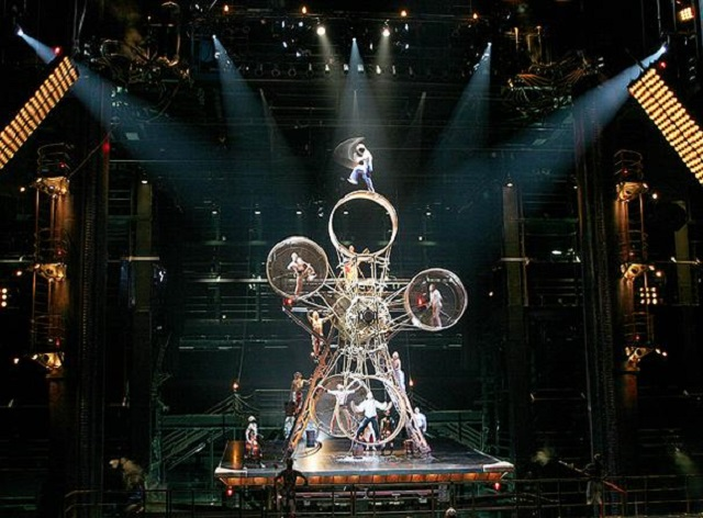 Un acrobate se rate pendant un saut sur une roue géante