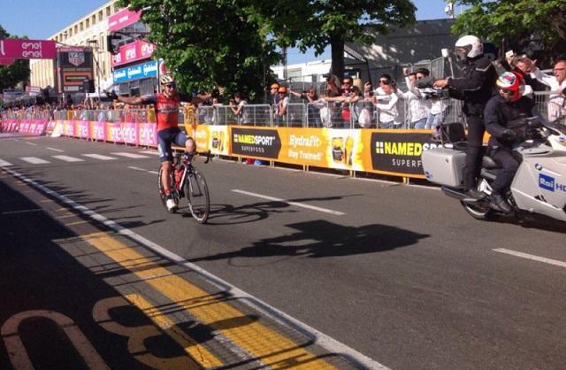 Tour d'Italie: un cycliste célèbre sa victoire… alors qu'il reste encore un tour !