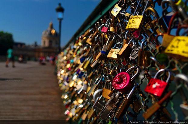 """Les """"cadenas d'amour"""" du pont des arts vendus aux enchères"""