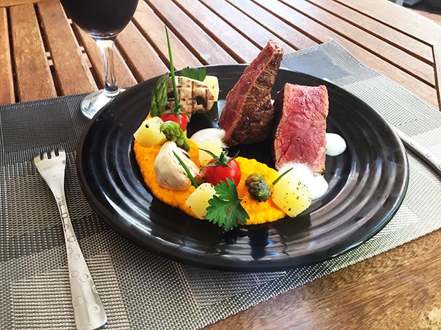 Filet de bœuf péi rôti légumes du marché forain en texture et émulsion de parmesan