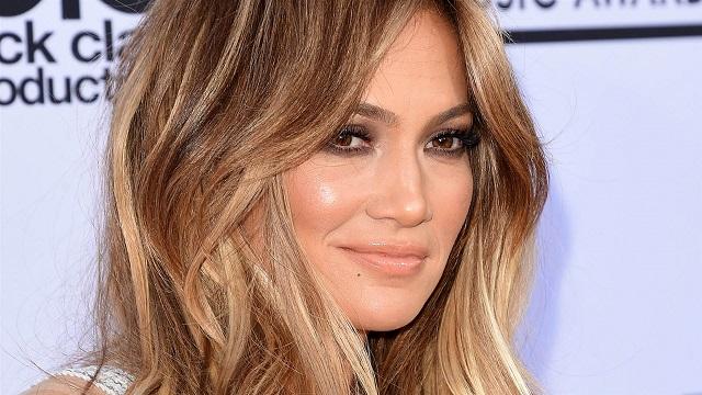 e86897ac18b Jennifer Lopez  ultra sexy dans une robe transparente pour ses 48 ans