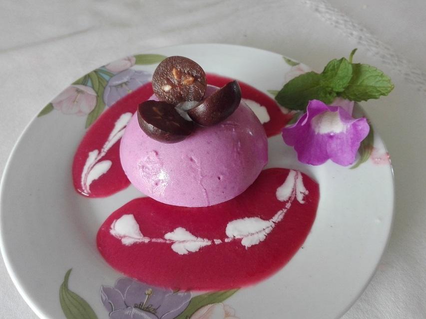 Mousse de Cambarre violet confit et coulis de goyavier