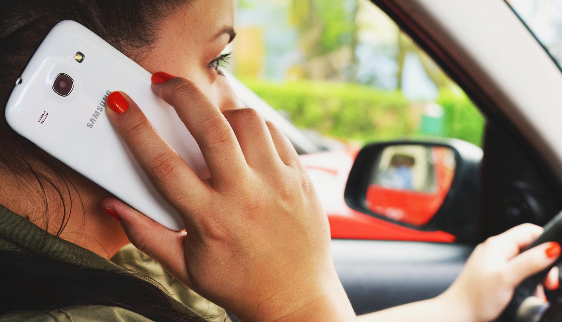 Le smartphone au volant, fléau de la route