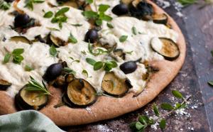 Pizza verde, aux courgettes, pistou et fromage végétal