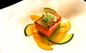 Saumon mi-cuit, beurre d'orange, rosace de courgettes et tartare de pomme verte et fenouil