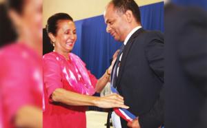 Huguette Bello remet l'écharpe de maire à son fidèle compagnon de route politique Emmanuel Séraphin