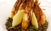 Camarons poêlés et persillés, risotto de boulgour à l'encre de seiche